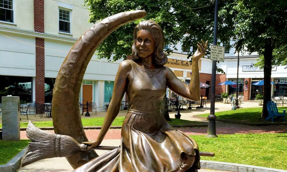 Bewitched statue in Salem, MA - livingmividaloca.com