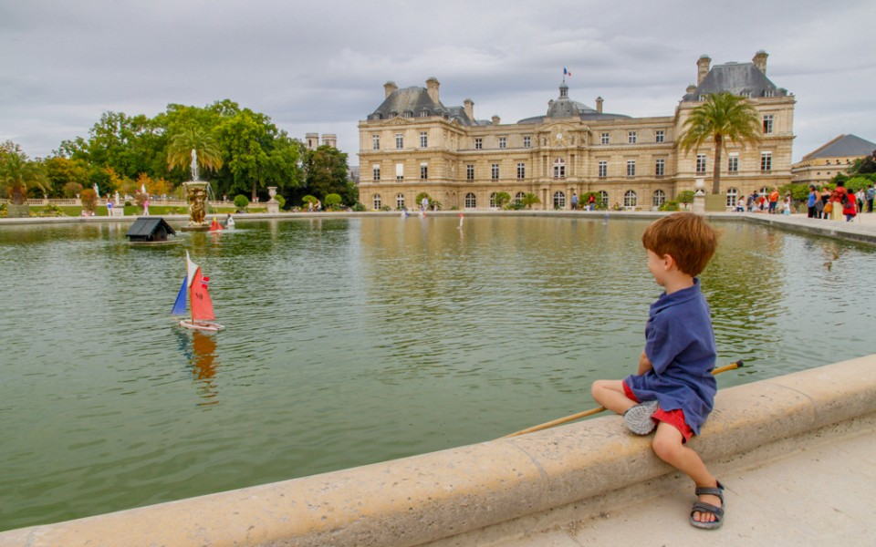 Paris with kids - Sailing a boat at Luxembourg Garden